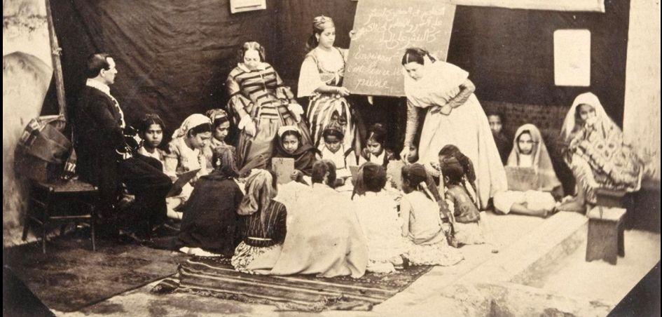 Photographie : Ecole de jeunes filles en Algérie sous le Second Empire