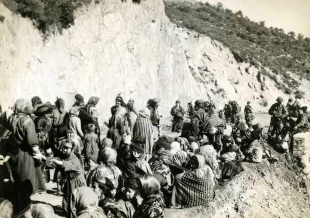 Regroupement de population algérienne dans les montagnes, par le 6e BCA